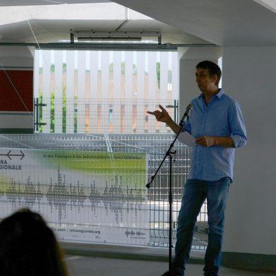 Frank Nordie, Initiator der IntraRegionale und LandArt-Künstler, spricht auf der Pressekonferenz am Mittwoch, 9.6.2021, im Parkhaus Lehrte, wo Lisa Premkes Kunstwerk LACHE zu sehen ist.
